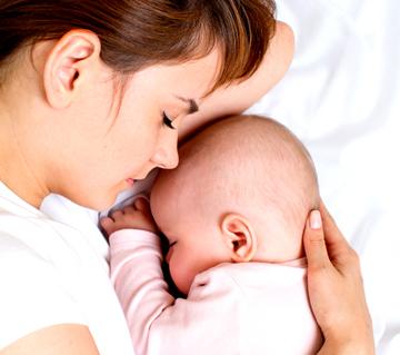 Малыш и мама спят вместе