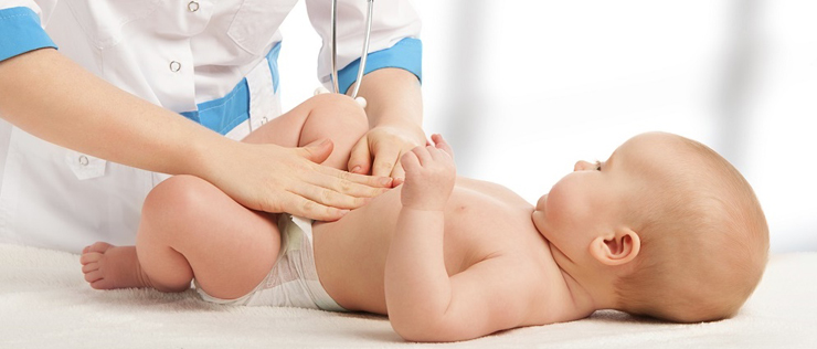 Педиатр осматривает живот грудничка