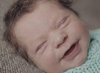 Первая улыбка новорожденного