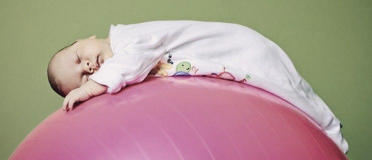 Грудничок спит на фитболе