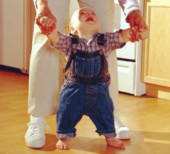 Мама помогает ребенку ходить