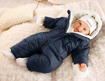 Новорожденный в зимнем комбинезоне