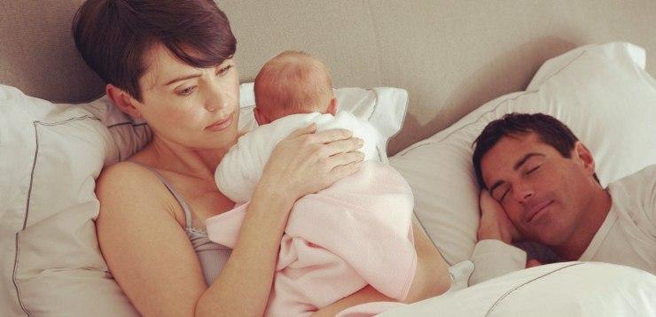 Мама успокаивает ребенка, а папа спит