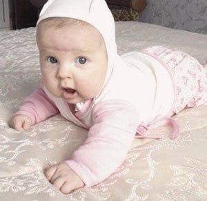 В 5 месяцев малыш уже ползает
