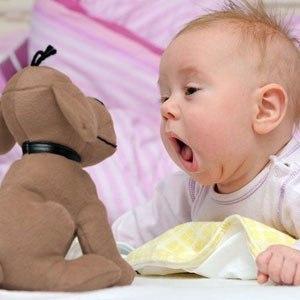 Кроха гулит с игрушкой