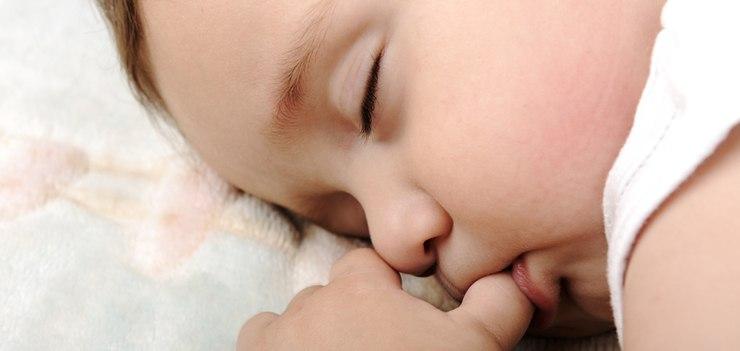 После года малыша необходимо отучать от сосания пальцев